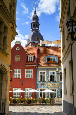 LV01203 Restaurant with St Peter's Church, Old Town, Riga, Latvia, Northern Europe,