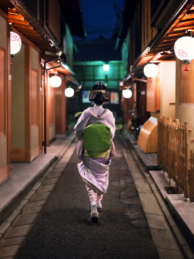 JAP1845AW A Geisha is on her way to a tea house, Gion district, Kyoto, Japan