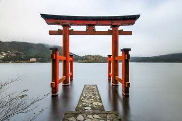JAP1853AW Torii of the Hakone Shrine at Lake Ashi, Hakone, Kanagawa Prefecture, Honshu, Japan