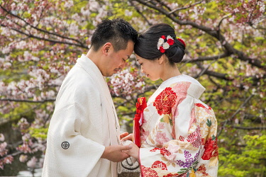 JAP1920AW Japanese wedding couple at the Bikan Historical Quarter, Kurashiki, Okayama Prefecture, Japan