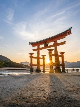 JAP1927AW The Great Torii at the Itsukushima shrine on Miyajima island, Hiroshima Prefecture, Japan, Japan