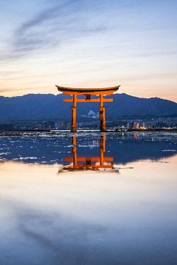 JAP1928AW The Great Torii at the Itsukushima shrine on Miyajima island, Hiroshima Prefecture, Japan, Japan