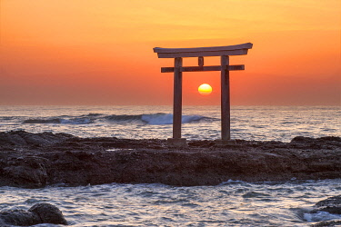 JAP2002AW Sun is rising behind the torii gate of the Oarai Isosaki Shrine, Ibaraki Prefecture, Japan