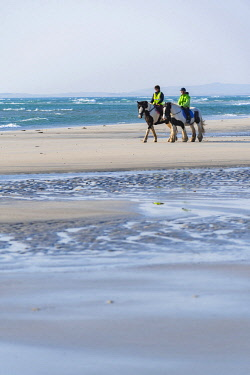 SCO35448 United Kingdom, Scotland, Outer Hebrides, North Uist, Benbecula, Horseriding (MR)