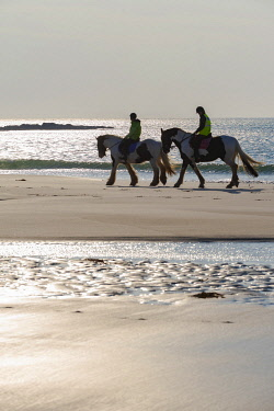 SCO35449 United Kingdom, Scotland, Outer Hebrides, North Uist, Benbecula, Horseriding (MR)