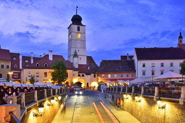 ROM1663AWRF Old Town Hall Tower (Council Tower) and Piata Mica at dusk. Sibiu, Transylvania. Romania
