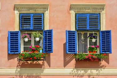ROM1673AWRF Windows in the old town of Sibiu. Transylvania, Romania