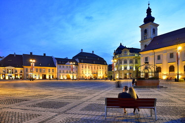 ROM1620AW Moment of peace. Piata Mare and the Holy Trinity Roman Catholic Church at dusk. Sibiu, Transylvania. Romania