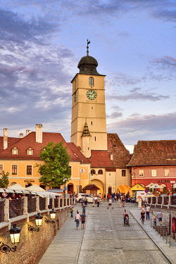 ROM1623AW Old Town Hall Tower (Council Tower) and Piata Mica at dusk. Sibiu, Transylvania. Romania