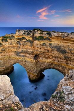 POR10770AW Heart Arch, Praia de Marinha, Caramujeira, Lagoa, Algarve, Portugal