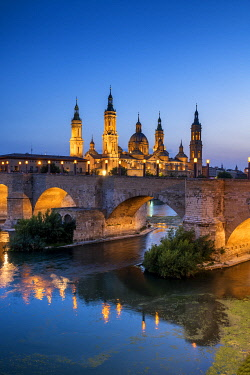 SPA9531AW Basilica-Cathedral of Our Lady of the Pillar & Roman Bridge Over Ebro River at Dusk, Zaragoza, Spain