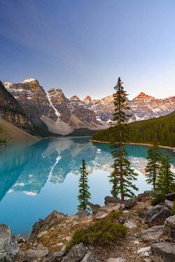 CN01YCH0000 Canada, Alberta, Banff National Park, Moraine Lake at sunrise.