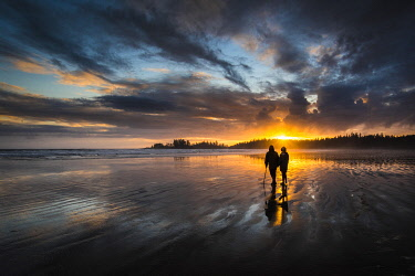 CN02YCH0074 Canada, British Columbia, Tofino. Long Beach, Couple watching sunset.