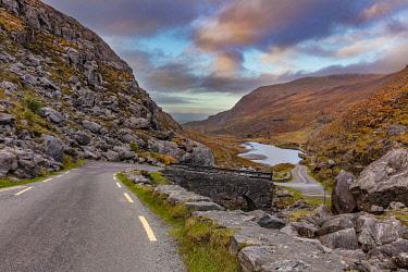 EU15CHA0108 Narrow roadway over stone bridge at the Gap of Dunloe near Killarney, Ireland