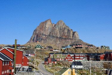 GR01IHO0315 Greenland. Uummannaq. Heart-shaped Uummannaq mountain towers over the town.