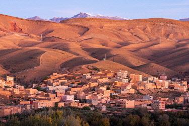 AF29BJY0020 Morocco, Boumalne Dades. Town amid barren landscape