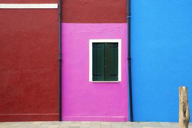 EU16BJY0425 Italy, Burano. Colorful house walls