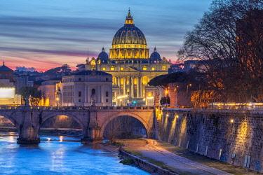 IT01891 Italy, Lazio, Rome, River Tiber, St. Peter's Basilica