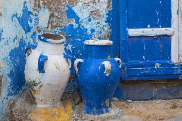 TU02241 Tunisia, Bizerte, Medina, Earthenware pots outside house