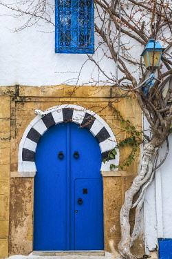TU02318 Tunisia, Main street in the Picturesque whitewashed village of Sidi Bou Said