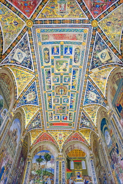 ITA14699AW Paintings by Pinturicchio (Bernardino di Betto) on the ceiling of Piccolomini Library at Duomo di Siena (Siena Cathedral). Siena, Tuscany, Italy, Europe.