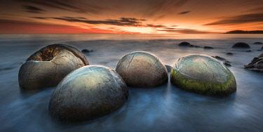 NZ9344AW Giant egg shaped boulders on Moeraki Boulders Beach. Moeraki Boulders, Otago, South Island, New Zealand