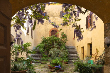 ITA14814AW A courtyard in the village of Montefollonico, Province of Siena, Tuscany, Italy