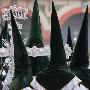 SPA9555AW Penitents in green capirotes on a procession through the streets of Cordoba, Semana Santa (Holy Week), Cordoba, Andalucia, Spain