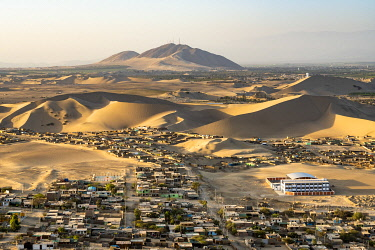 PER34337AW City of Ica amidst sand dunes seen from Huacachina, Ica Region, Peru