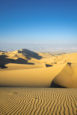 PER34341AW Sand dunes in desert near Huacachina oasis, Ica Region, Peru