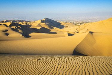 PER34342AW Sand dunes in desert near Huacachina oasis, Ica Region, Peru