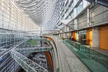 JAP2041 The interior of the Tokyo International Forum Convention Hall designed by the Architect Rafael Vinoly, Chiyoda City, Otemachi (Tsuginobiruonozoku), Tokyo To, Japan.
