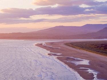 UK04192 UK, Wales, Gwynedd, Harlech, Harlech Beach, Snowdonia beyond