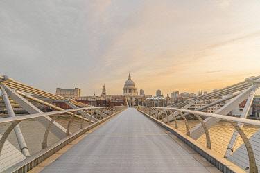 UK11694 UK, England, London, Millennium Bridge over River Thames and St. Paul's Cathedral