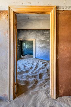 NAM6618AWRF Interior of abandoned house, Kolmanskop, Karas, Namibia