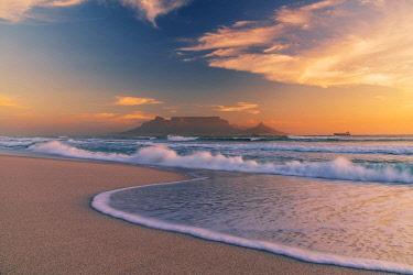 SAF7609AW Bloubergstrand beach with Table Mountain in the background at sunset,  Cape Town, Western Cape, South Africa