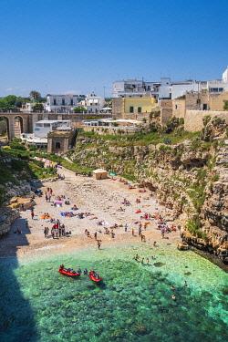 HMS3296751 Italy, Apulia, Polignano a Mare, Lama Monachile beach at the foot of the historic centre perched on a limestone cliff