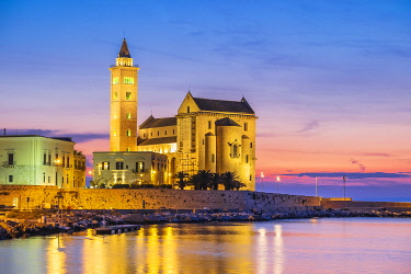 HMS3323921 Italy, Apulia, Trani, San Nicola Pellegrino Cathedral (or Duomo) founded at the end of the 11th century is a great example of Apulian Romanesque architecture, built using the local stone of Trani, a c...