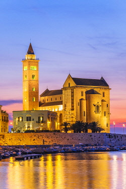 HMS3323940 Italy, Apulia, Trani, San Nicola Pellegrino Cathedral (or Duomo) founded at the end of the 11th century is a great example of Apulian Romanesque architecture, built using the local stone of Trani, a c...