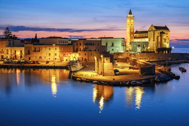 HMS3323984 Italy, Apulia, Trani, San Nicola Pellegrino Cathedral (or Duomo) founded at the end of the 11th century is a great example of Apulian Romanesque architecture, built using the local stone of Trani, a c...