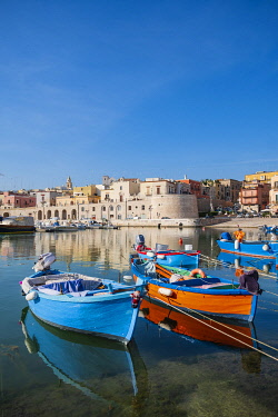 HMS3324250 Italy, Apulia, Bisceglie, the little fishing harbour on the Adriatic Sea