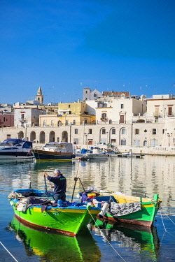 HMS3324255 Italy, Apulia, Bisceglie, the little fishing harbour on the Adriatic Sea