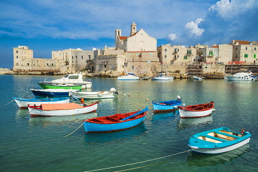 HMS3324273 Italy, Apulia, Giovinazzo, the fishing harbour and Santa Maria Assunta cathedral