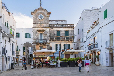 HMS3324337 Italy, Apulia, Itria Valley, Cisternino, historical centre, Piazza Vittorio Emanuele, the Clock Tower built in 1850 is the symbol of the town