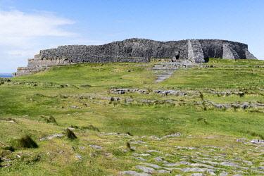 HMS3332987 Ireland, County Galway, Aran Islands, Inishmore Cliffs, Dun Aengus