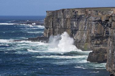 HMS3332989 Ireland, County Galway, Aran Islands, Inishmore Island, Cliffs, Dun Aengus Fort
