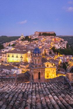 HMS3413461 Italy, Sicily, Ragusa, Ragusa Ibla (Lower town), UNESCO World Heritage site, Santa Maria dell'Itria church on the foreground