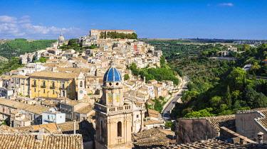 HMS3413654 Italy, Sicily, Ragusa, Ragusa Ibla (Lower town), UNESCO World Heritage site, Santa Maria dell'Itria church on the foreground