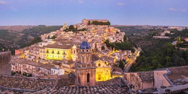 HMS3413658 Italy, Sicily, Ragusa, Ragusa Ibla (Lower town), UNESCO World Heritage site, Santa Maria dell'Itria church on the foreground