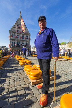 HMS3296218 Netherlands, Southern Holland province, Gouda, cheese buyer and producer at cheese market on Markt square in front of Stadhuis city hall